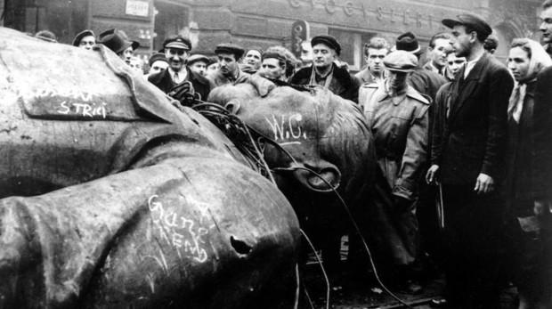 Estatua de Stalin (marcada con W. C.) derribada en Budapest durante la revolución de 1956