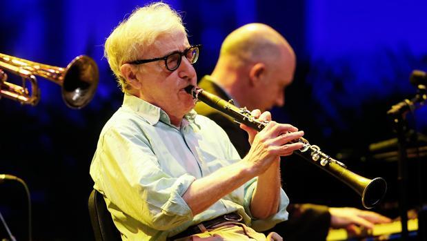 Woody Allen en plena demostración musical con el clarinete