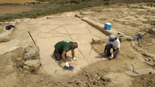 El extraño pavimento descubierto en el yacimiento romano de Los Bañales