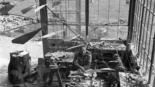 Calder, en su estudio de Roxbury (Connecticut) en 1941. Detalle