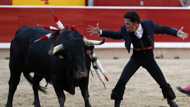 Leonardo Hernández aguarda la muerte del toro