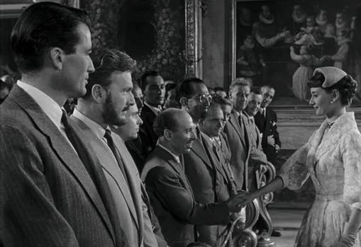 El corresponsal del Diario ABC, Julián Cortés Cavanillas, saluda a Audrey Hepburn