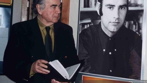 Enrique Lafourcade en la Exposición Señales de humo, en la Biblioteca Nacional de Chile en 1996