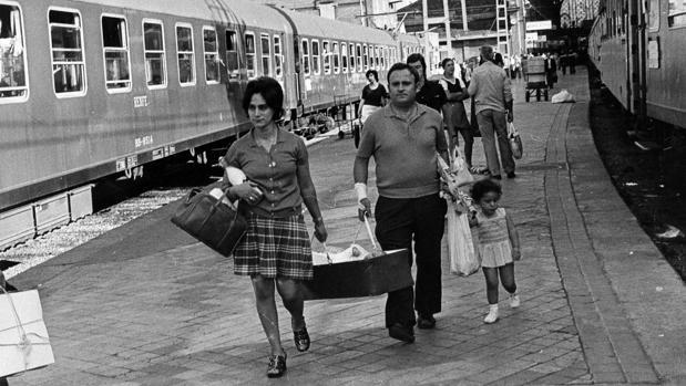 Familia en la Estación de Atocha en la década de los 60