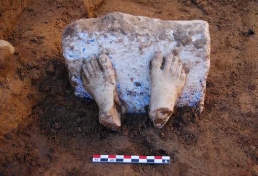 Pies de una escultura griega de mármol cicládico que demuestra el comercio de la época
