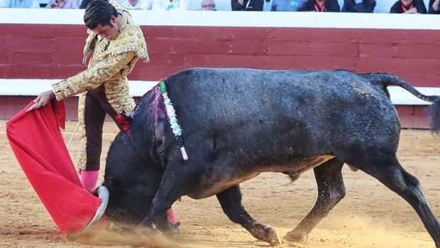 Emilio de Justo, en el inicio de un pase de pecho al tercer toro