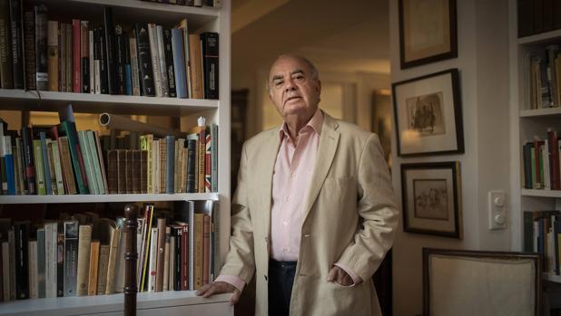 El profesor Varela Ortega en el despacho de su casa