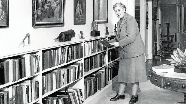 Agatha Christie, en la biblioteca de su casa