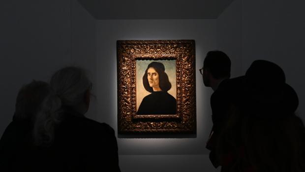 Los visitantes de la Frieze de Londres admirando el Marullo de Botticelli