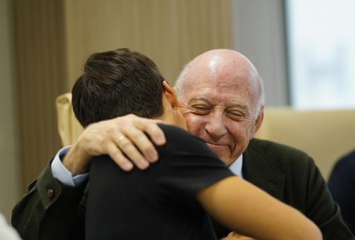 El abrazo de Caballero y García Padrós