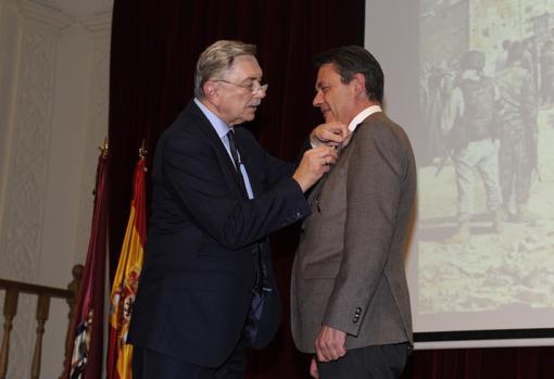 El pintor, condecorado por el embajador ruso