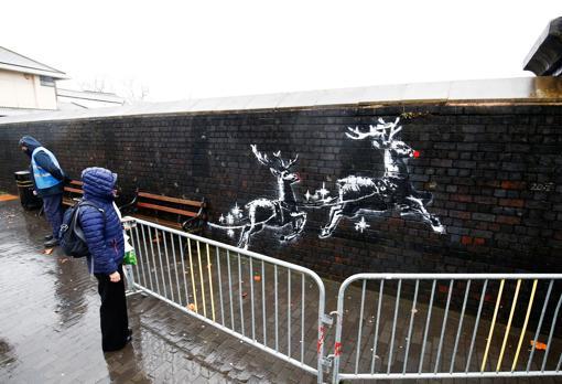 La obra ha tenido que ser protegida mediante unas vallas después de que un vándalo esparciera pintura roja tras la confirmación de que el mural era de Banksy