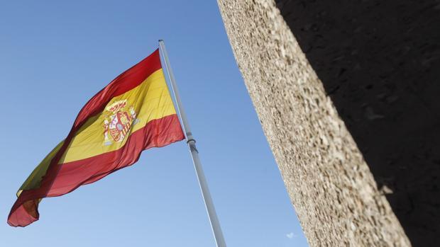 La bandera de España , izada en la Plaza Colón