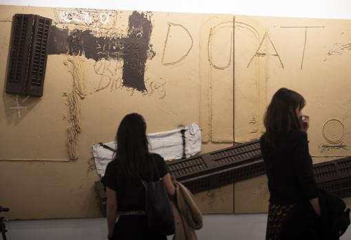 «Duat», obra monumental de Tàpies, en el estand de la galería Mayoral