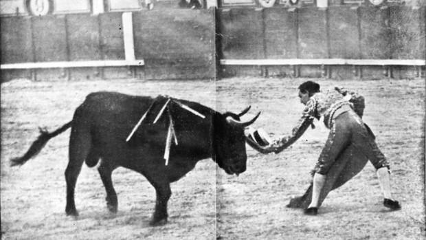 Joselito el Gallo, en un desplante con el sombrero de algún aficionado