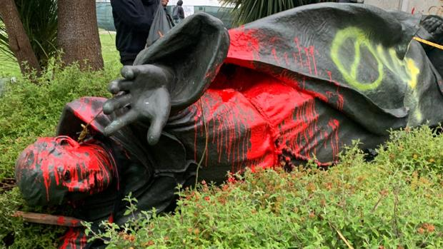 La estatua de Fray Junípero, derribada
