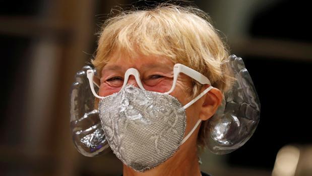 La mascarilla, que tiene un diseño especial y cuesta 22 euros, lleva dos manos de tamaño natural hechas de plástico transparente que se colocan alrededor de las orejas y que sirven para mejorar la percepción del sonido