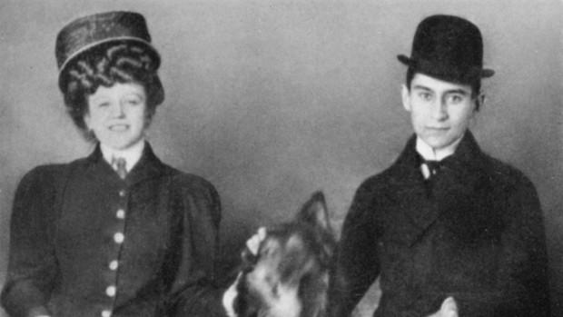 Kafka recurrió al menos dos veces a prostitutas. En la foto, con una de ellas, la camarera Hansi Julie Szokoll