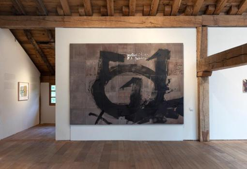 One of the rooms of 'Tàpies en Zabalaga'