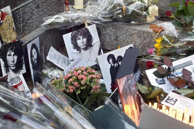 Discos y velas en la tumba de Jim Morrison en París, en el cementerio de Père Lachaise