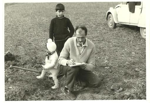 Enrique Osset with two of his children drawing their findings in Artieda
