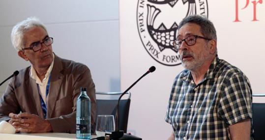 El escritor César Aira (derecha) galardonado del Prix Formentor en Sevilla
