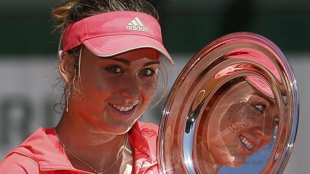 Paula Badosa, con su trofeo júnior de Roland Garros