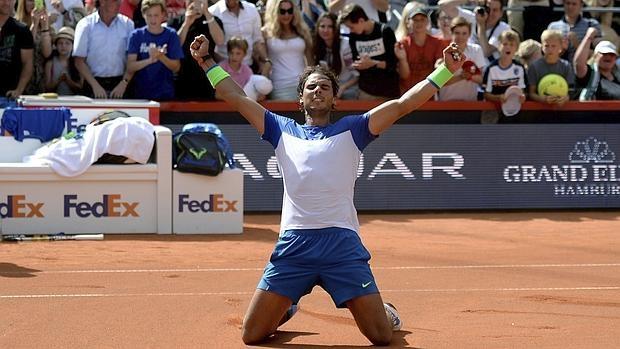 Rafa Nadal celebra su victoria en la final del torneo de Hamburgo contra el italiano Fabio Fognini en Hamburgo el 2 de agosto de 2015