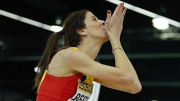 Ruth Beitia envía un beso a su entrenador tras la final de salto de altura