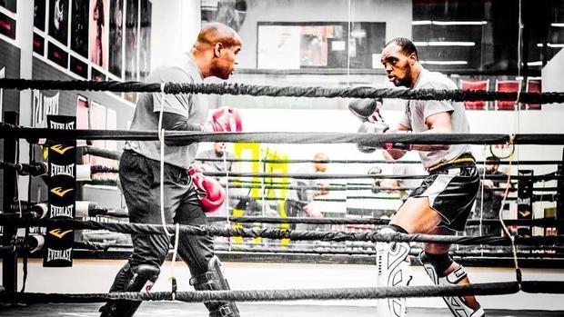 El campeón semipesado de UFC, Daniel Cormier (i) guantea con Frank Muñoz (d)