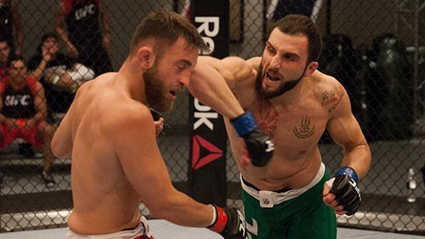 Enrique Marín «Wasabi» golpea a un rival durante un combate de artes marciales mixtas