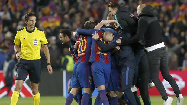 Aytekin observa la celebración de los jugadores del Barça