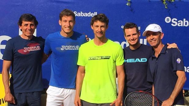 Ferrero, en el medio, junto a Pablo Carreño y su equipo de trabajo