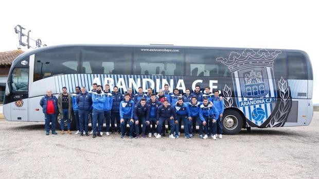 La Arandina posa delante del autobús del club