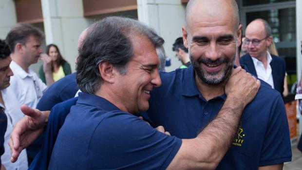 Laporta se abraza con Guardiola