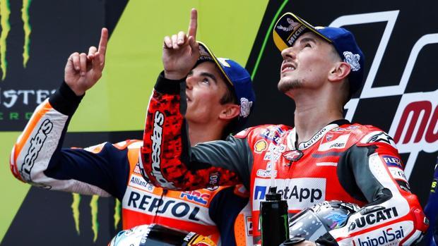 Marc Márquez y Jorge Lorenzo dedicaron su segundo y primer puesto a Andreas Pérez