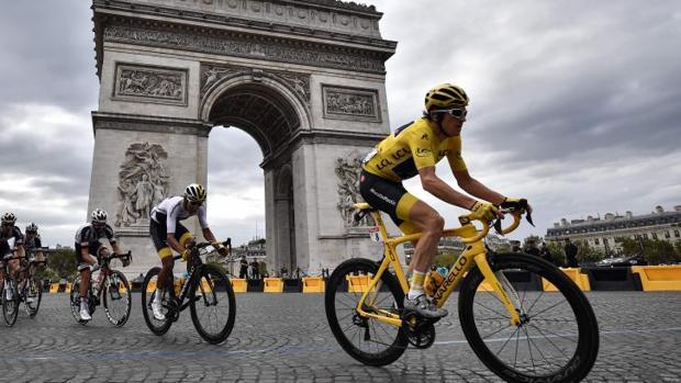 Geraint Thomas, ganador de la 105ª edición del Tour, pasa por Arco de Triunfo parisino