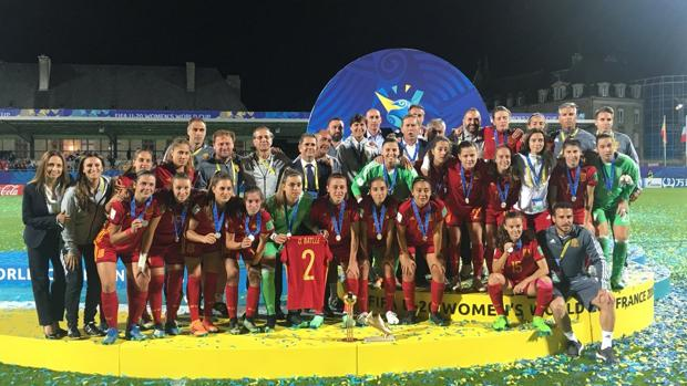 La selección sub 19 celebra en el campo su subcampeonato mundialista