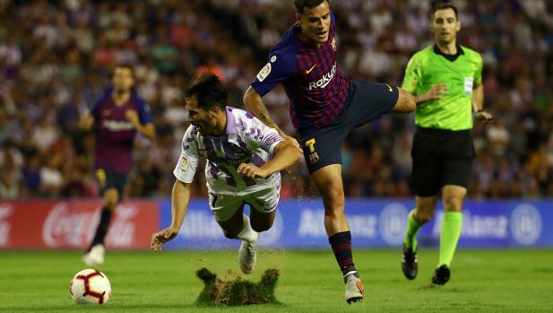 Un futbolista del Valladolid cae en el césped de Zorrilla