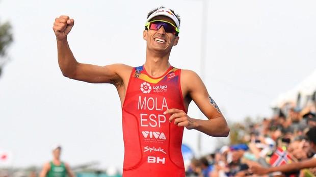 Mario Mola celebra su triunfo en Gold Coast de Australia