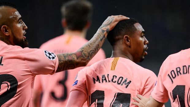 Malcom recibe las felicitaciones tras anotar el gol ante el Inter de Milán