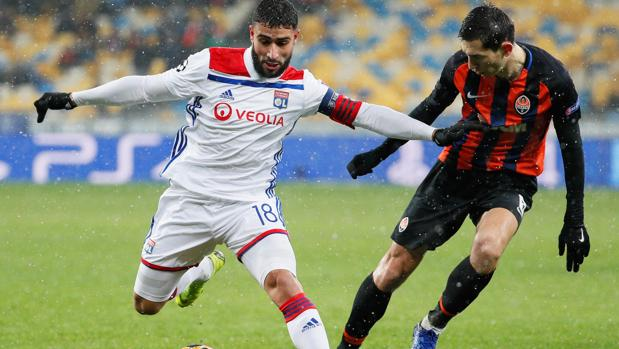 Fekir, la estrella del Lyon, disputa un balón con Stepanenko
