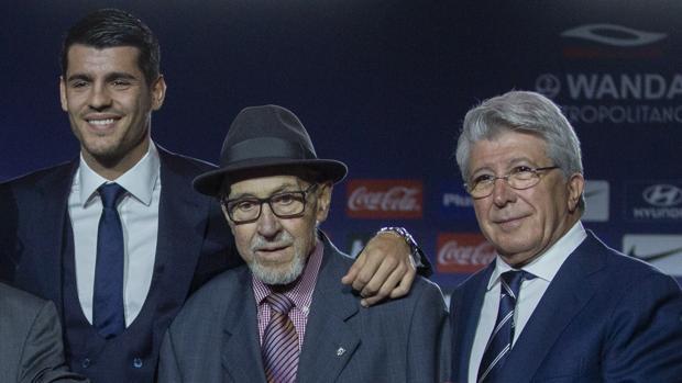 Briñas, en el centro, junto a Morata y Enrique Cerezo el día de la presentación del delantero