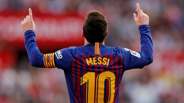 Leo Messi celebra uno de sus tres goles ante el Sevilla