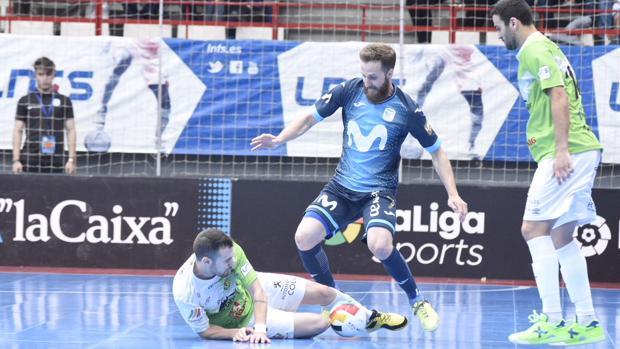 Pola (Movistar Inter) ante dos jugadores del Palma Futsal