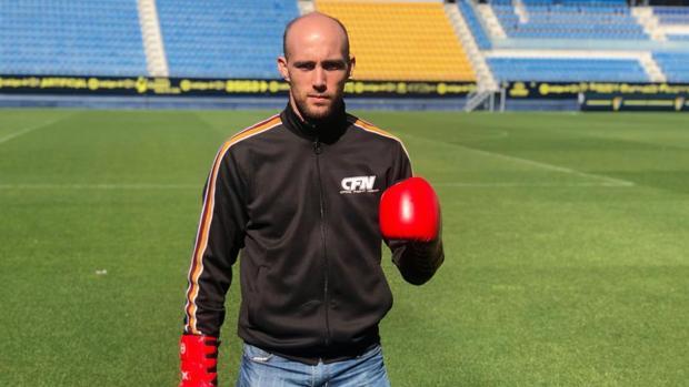 El luchador gaditano Carlos Coello posa en el Estadio Ramón de Carranza