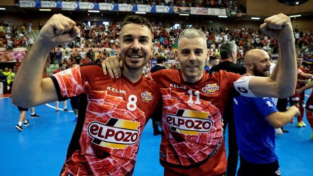 Andresito y Miguelín celebran la victoria en el tercer partido de la final