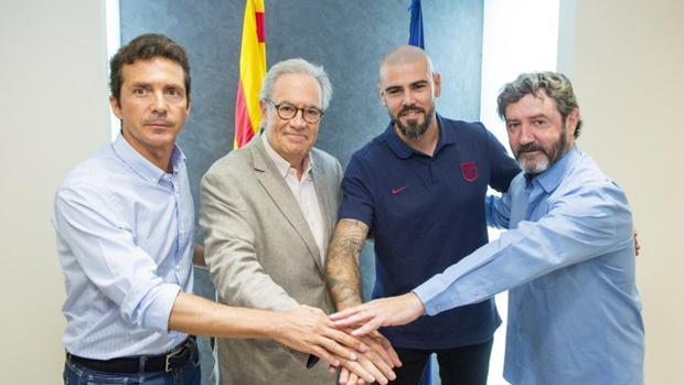 Victor Valdés, segundo por la derecha, en la imagen difundida por el Barcelona