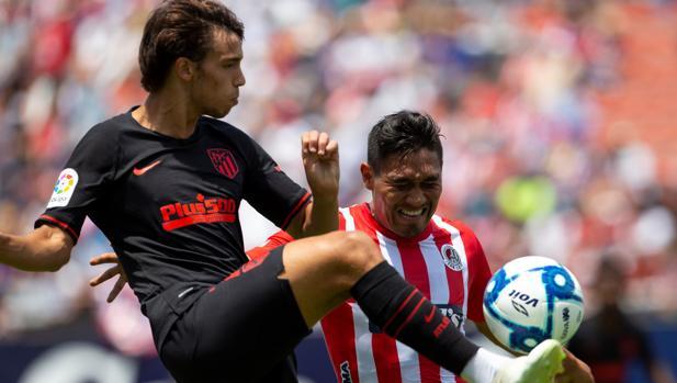 Joao Félix disputa un balón con el mexicano Escalante