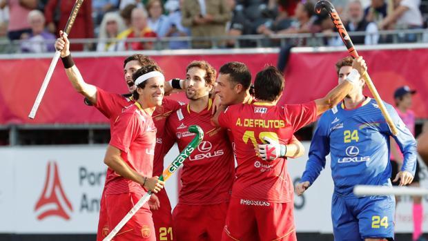 Los jugadores españoles festejan durante el partido frente a Holanda